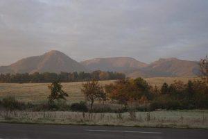 Pohorie Rokoš vyčnievajúce nad rovinatou krajinou