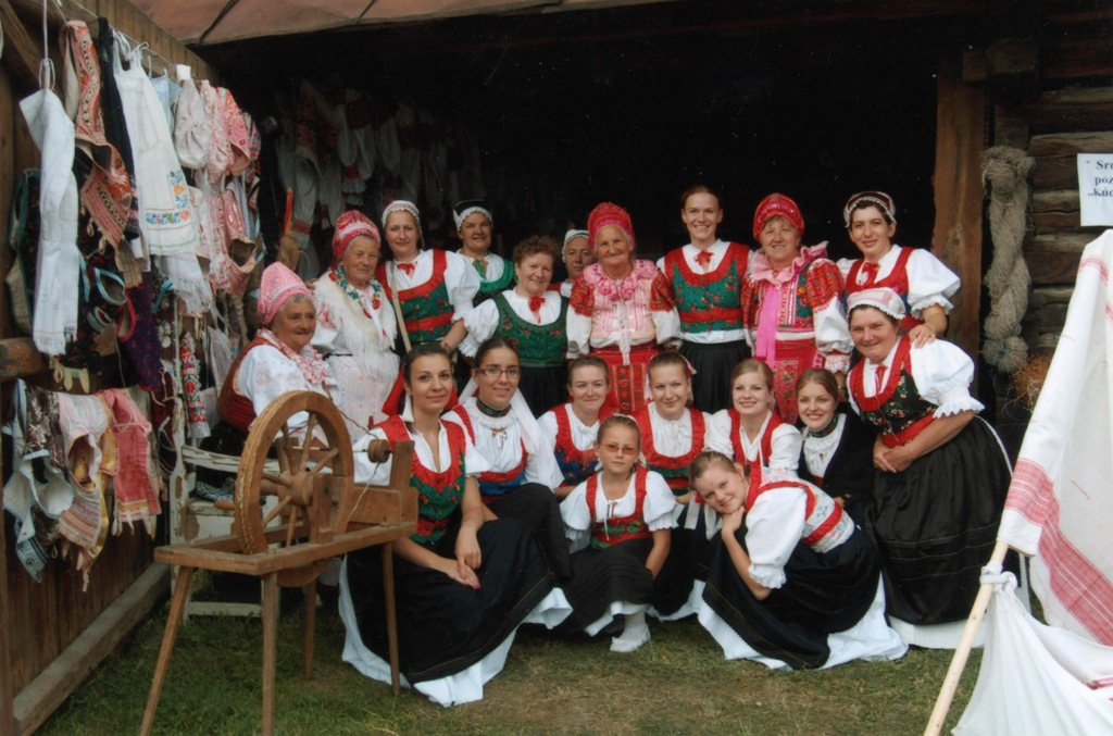 Členovia Folklórneho súboru Rokôška